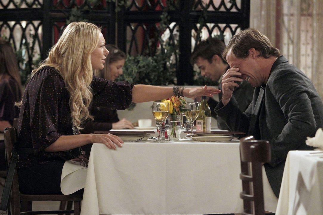 Chelsea (Laura Prepon, l.) lernt den Geschäftsmann Tim Kornick (Nat Faxon, r.) kennen. Da dieser in der Lage ist einen Job für Olivia in seiner Fi... - Bildquelle: Warner Brothers