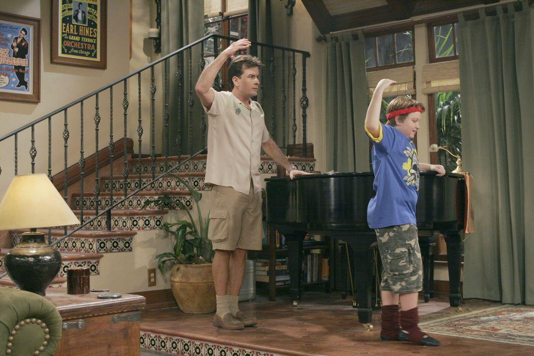Jake (Angus T. Jones, r.) gibt Charlie (Charlie Sheen, l.) Unterricht in Ballett ... - Bildquelle: Warner Brothers Entertainment Inc.