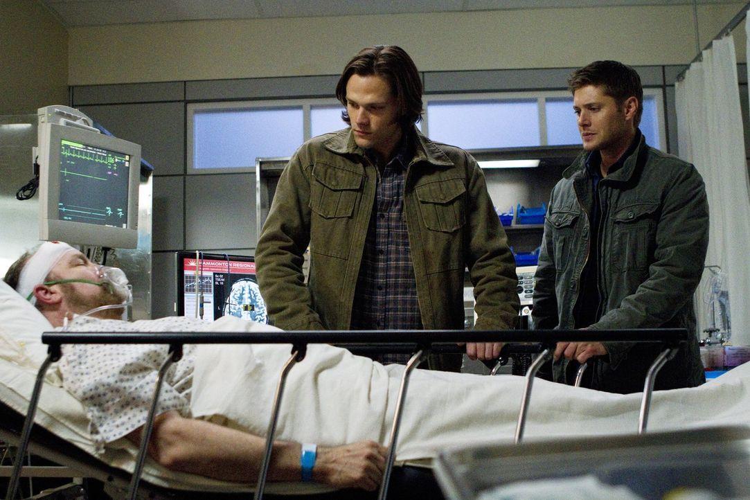 Während Sam (Jared Padalecki, M.) und Dean (Jensen Ackles, r.) erneut ihr Leben riskieren, steht es sehr schlecht um Bobby (Jim Beaver, l.) ... - Bildquelle: Warner Bros. Television