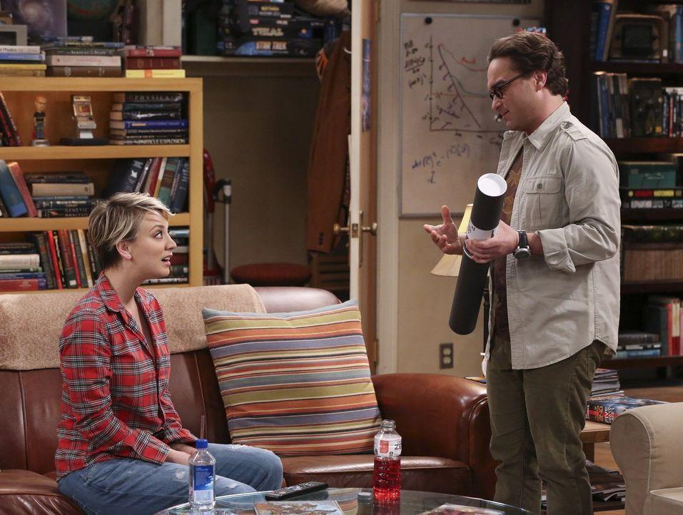 Während Raj dabei überrascht wird, wie er in Emilys Wohnung rumschnüffelt, hat Leonard (Johnny Galecki, r.), ein ganz besonderes Geschenk für Penny... - Bildquelle: Warner Bros. Television