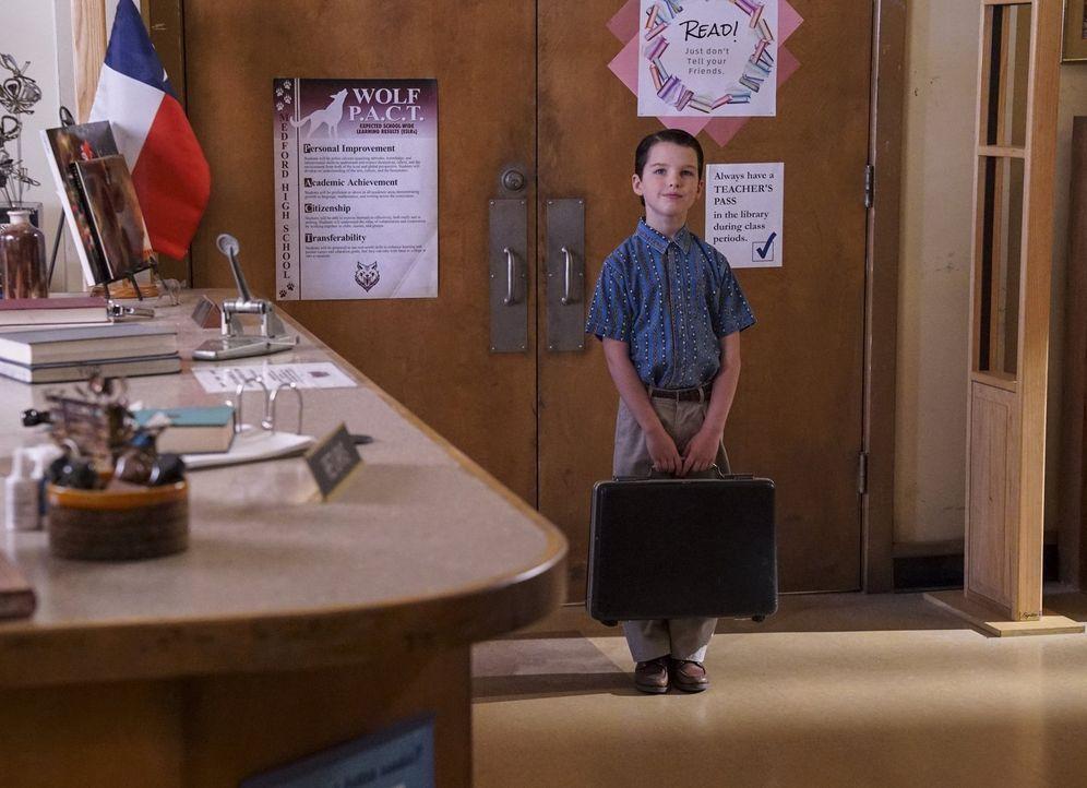 Eigentlich liebt Sheldon (Iain Armitage) es, alleine zu sein, doch für seine Mutter entschließt er sich dazu, das Thema Freundschaften einmal genaue... - Bildquelle: Warner Bros.