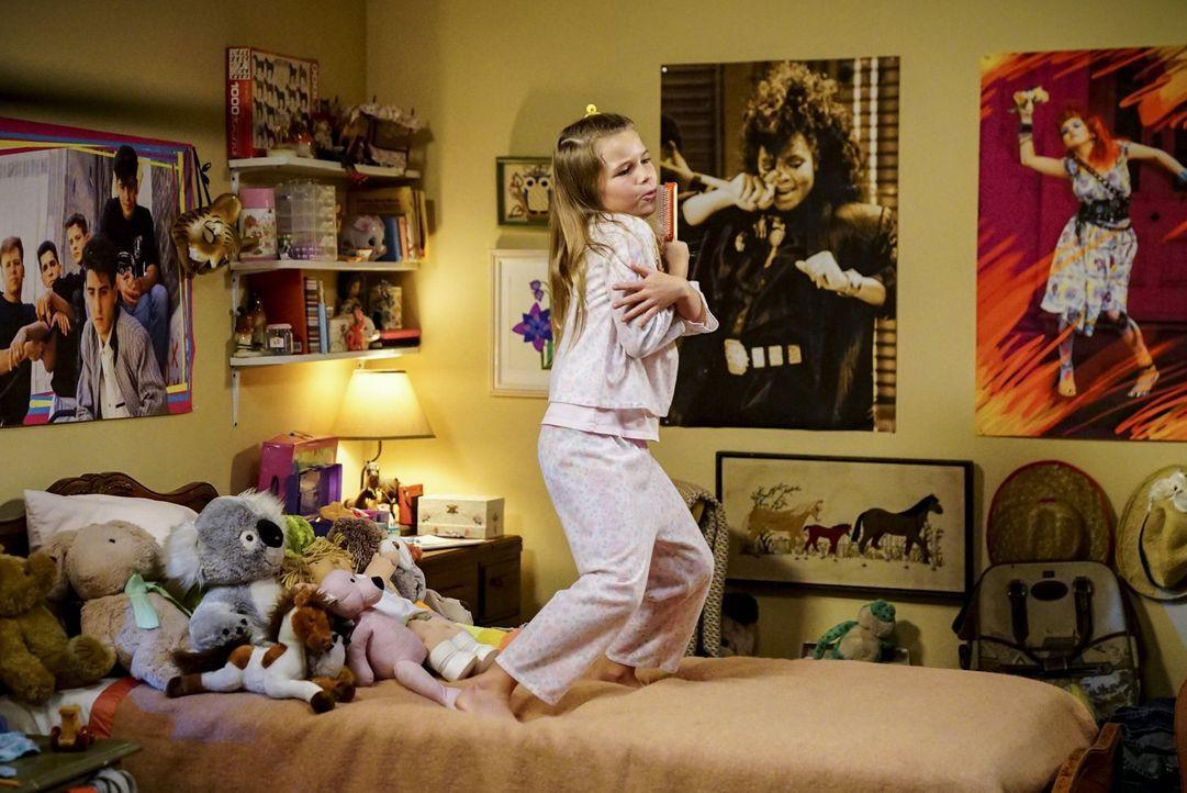 Wenn ihre Großmutter zu Hause das Zepter in der Hand hält, lassen Missy (Raegan Revord) und Georgie gewaltig die Sau raus ... - Bildquelle: Warner Bros.