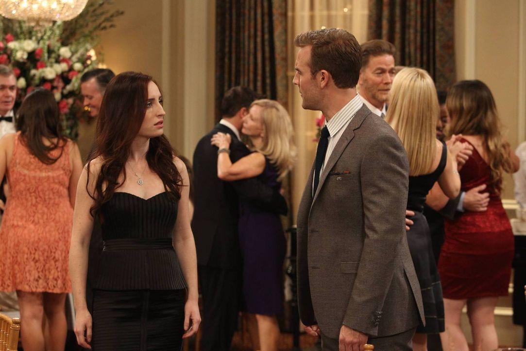 Wie werden sich Kate (Zoe Lister Jones, l.) und Will (James Van Der Beek, r.) bei ihrem Fake-Date schlagen? - Bildquelle: 2013 CBS Broadcasting, Inc. All Rights Reserved.