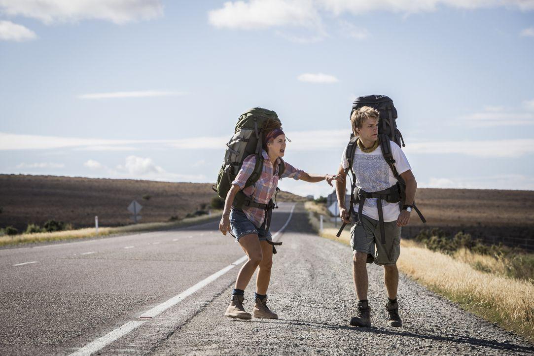 Im Leben zählt nicht, welchen Weg du nimmst, sondern wessen Weg du kreuzt: Die Rucksacktouristen Katarina (Shannon Ashlyn, l.) und Rutger (Phillipe... - Bildquelle: Mark Rogers 2013