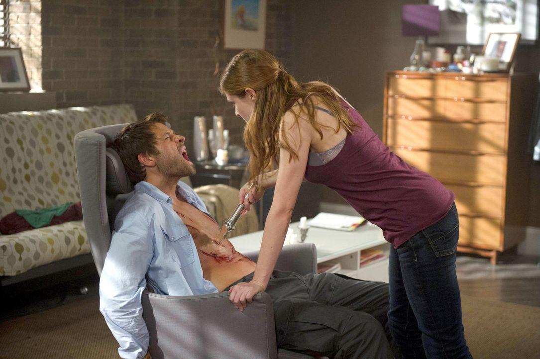 April (Shannon Lucio, r.) erschleicht sich Castiels (Misha Collins, l.) Vertrauen, um dann ihren Auftrag auszuführen ... - Bildquelle: 2013 Warner Brothers