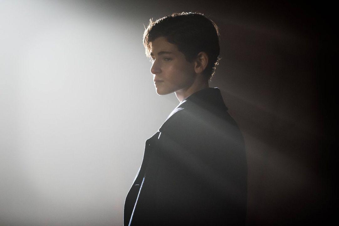 Nach und nach kommt Bruce Wayne (David Mazouz) einen Schritt weiter, was das Herausfinden der Identität des Mörders seiner Eltern betrifft ... - Bildquelle: Warner Brothers