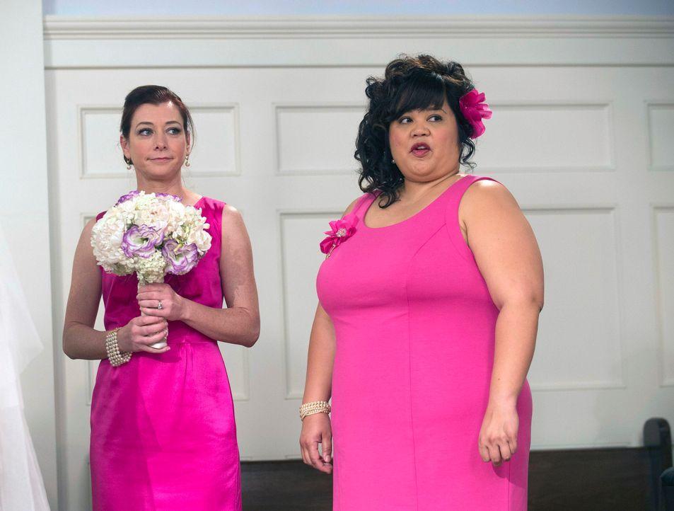 Sehnsüchtig warten Lily (Alyson Hannigan, l.) und Robins Erzfeindin Patrice (Ellen D. Williams, r.) darauf, dass die Braut die Kirche betritt ... - Bildquelle: 2014 Twentieth Century Fox Film Corporation. All rights reserved.