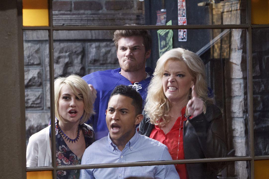 Was ist nur mit Bonnie (Melissa Peterman, r.), Danny (Derek Theler, hinten), Tucker (Tahj Mowry, vorne) und Riley (Chelsea Kane, l.) los? - Bildquelle: Bruce Birmelin ABC Family