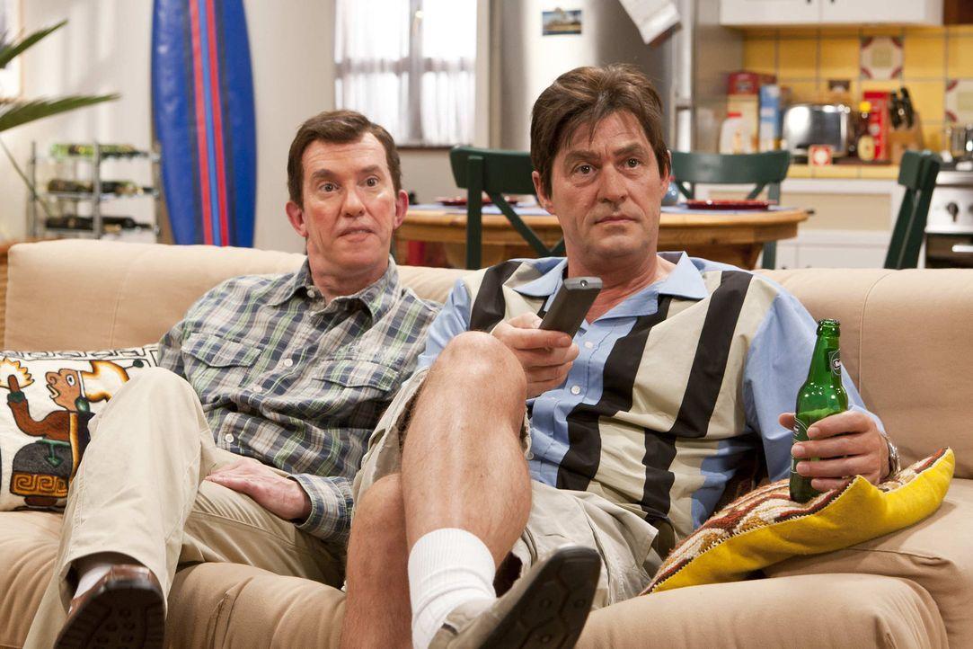 (5. Staffel) - Charlie Harper (Michael Müller, r.) hat sich mit seinem Bruder Alan (Peter Nottmeier, l.) inzwischen arrangiert .. - Bildquelle: ProSieben