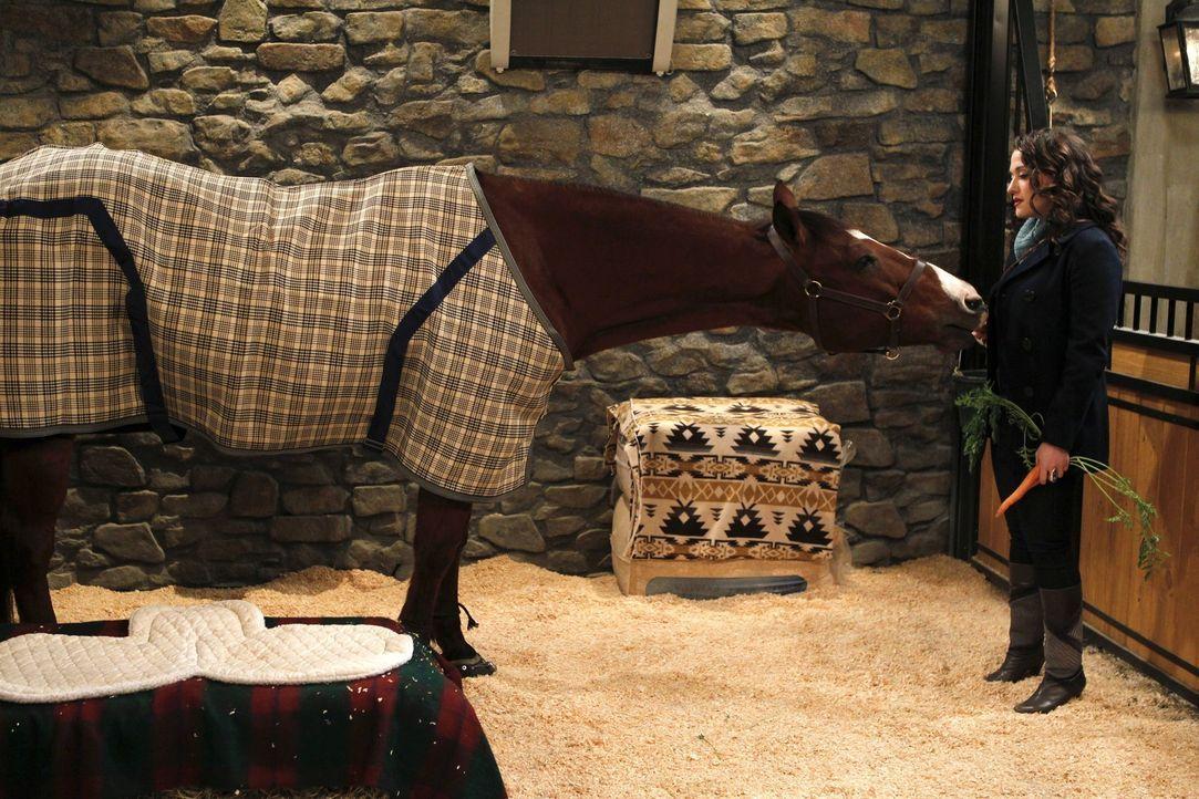 Rückzugsmöglichkeit: Max (Kat Dennings) besucht oft und gerne Carolines Pferd Chestnut in seinem neuen Stall, um auf andere Gedanken zu kommen und... - Bildquelle: Warner Brothers