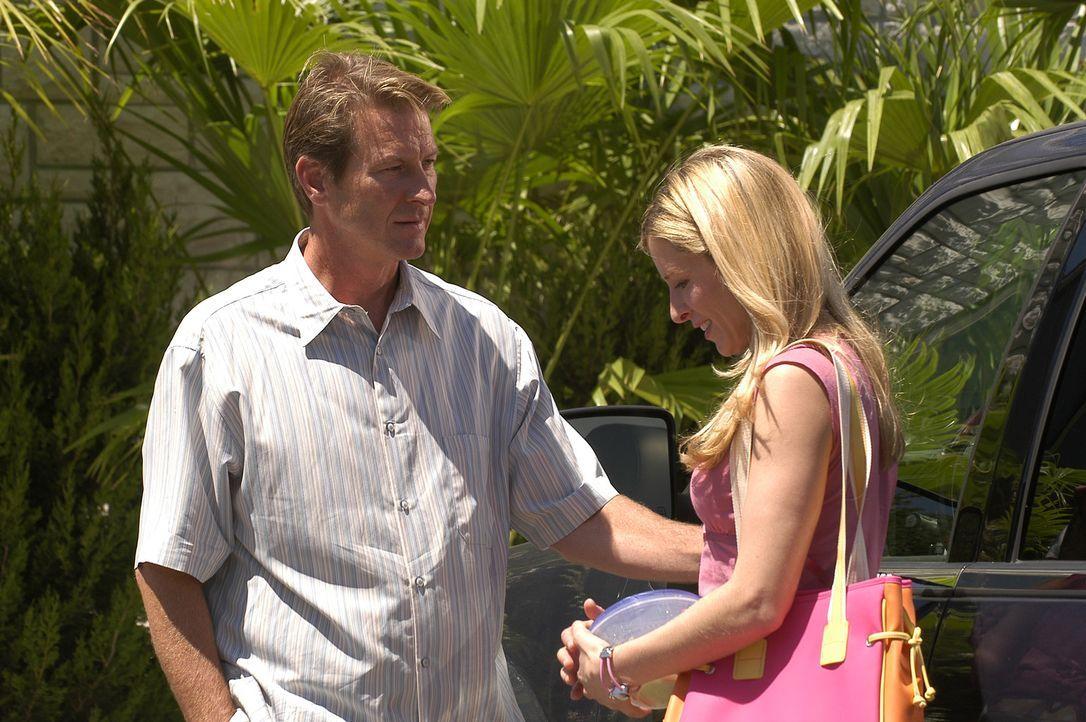 Als David Harris ( Brett Cullen, l.) ein Verhältnis mit seiner neuen Arzthelferin Rebecca (Kate Greenhouse, r.) beginnt, unterschreibt er sein eigen... - Bildquelle: 2004 Sony Pictures Television Inc. All Rights Reserved.