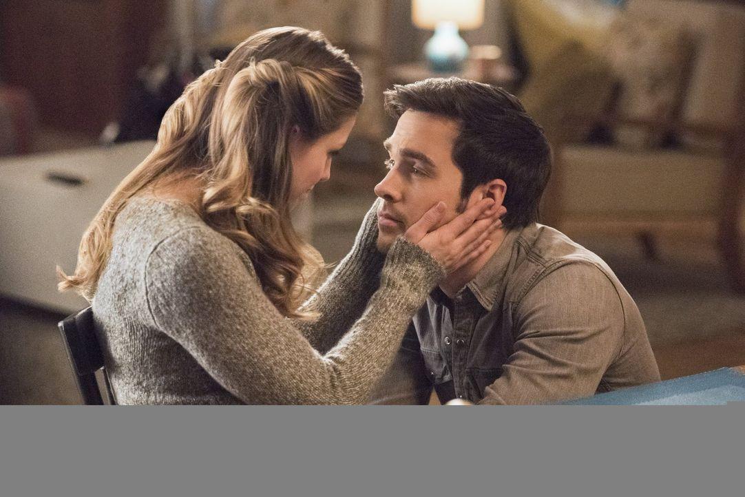 Reicht es Kara (Melissa Benoist, l.) zum Glücklichsein aus, Mon-El (Chris Wood, r.) zu haben und nur noch Supergirl zu sein? - Bildquelle: 2016 Warner Brothers