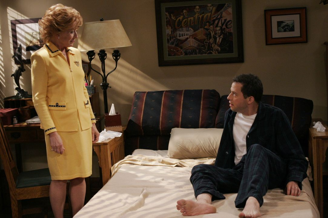 Um Alan (Jon Cryer, r.) aus dem Bett zu bekommen, bleibt Charlie nur eine Chance: Er schickt seine Mutter Evelyn (Holland Taylor, l.) zu ihm ... - Bildquelle: Warner Brothers Entertainment Inc.