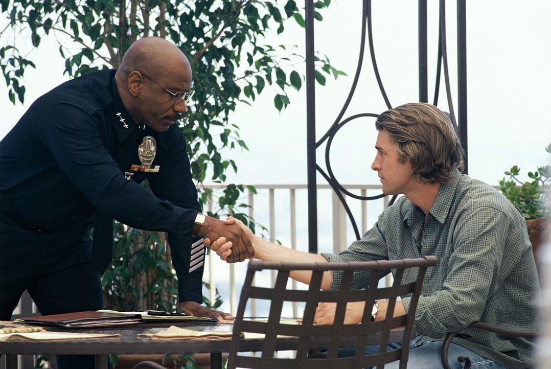Der stellvertretende Polizeichef Holland (Ving Rhames, l.), mit ehrgeizigen Ambitionen auf das Amt des Polizeichefs, setzt alles daran, Perry und se... - Bildquelle: Tobis Film
