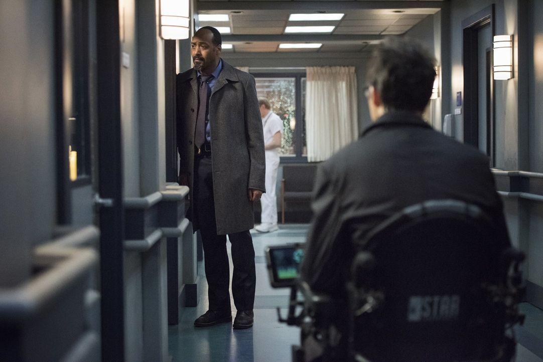 Joe (Jesse L. Martin, l.) erinnert sich an seine erste Begegnung mit Harrison Wells (Tom Cavanagh, r.) ... - Bildquelle: Warner Brothers.
