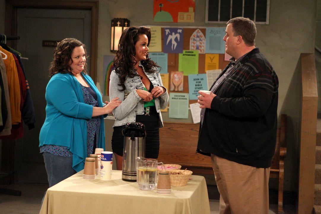 Bei einem Treffen für Übergewichtige lernt Mike (Billy Gardell, r.) Molly (Melissa McCarthy, l.) und ihre Schwester Victoria (Katy Mixon, M.) kenn... - Bildquelle: 2010 CBS Broadcasting Inc. All Rights Reserved.