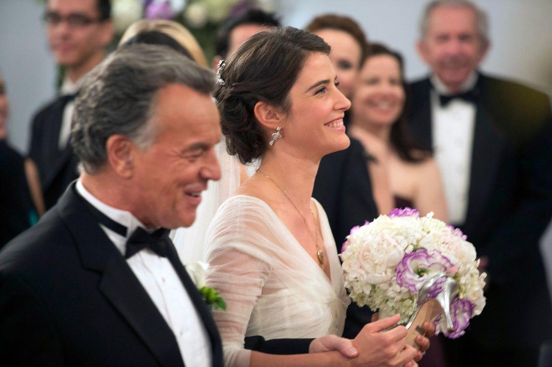 Robin (Cobie Smulders, r.) ist glücklich, dass sie von ihrem Vater (Ray Wise, l.) zum Altar geführt wird. Ihr anfänglicher Zweifel, ob Barney wirkli... - Bildquelle: 2014 Twentieth Century Fox Film Corporation. All rights reserved.