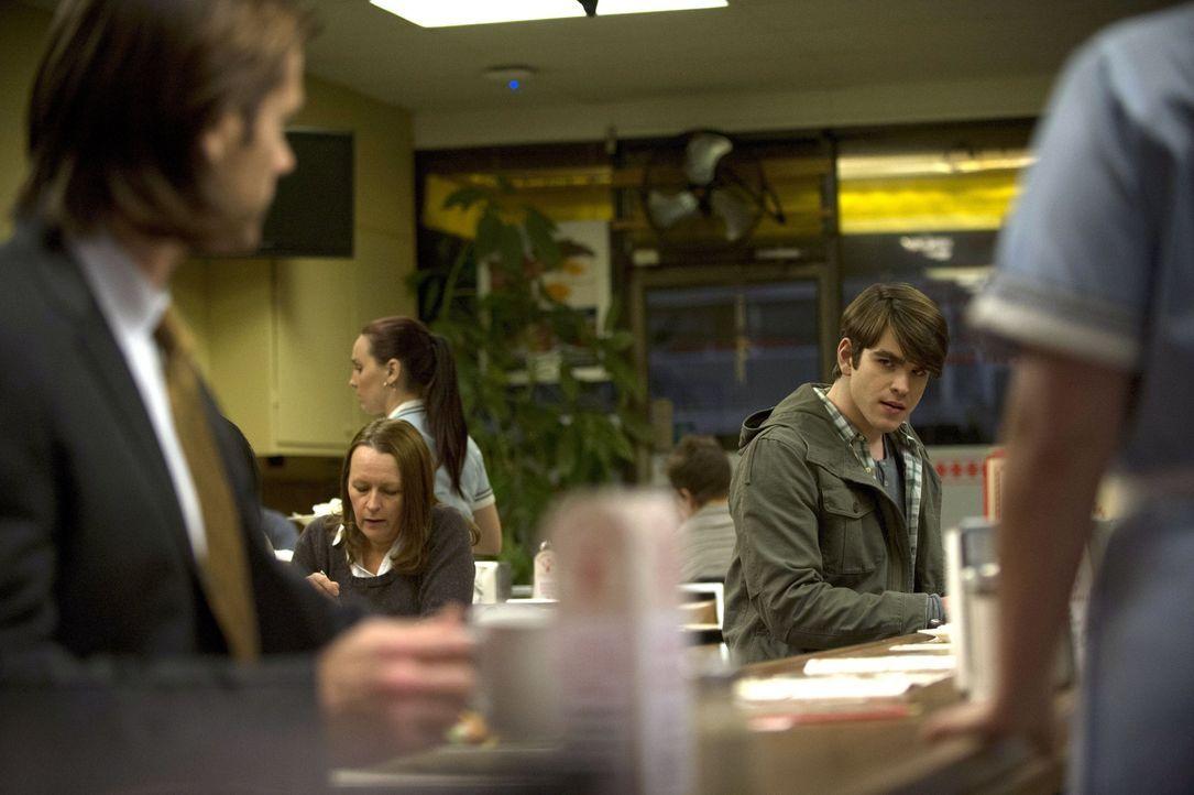 Sam (Jared Padalecki, l.) versucht herauszufinden, ob Billy (Kurt Ostlund, r.) wirklich besessen ist oder was ihn zu den blutrünstigen Taten veranla... - Bildquelle: 2013 Warner Brothers