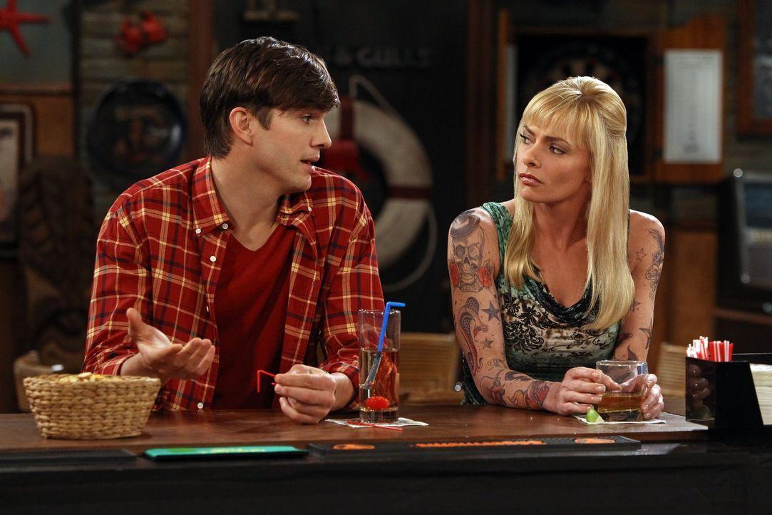 Während Jake nach alldem, was geschehen ist, keine Freundin mehr hat, funkt es zwischen Tammy (Jaime Pressly, l.) und Walden (Ashton Kutcher, l.) ... - Bildquelle: Warner Brothers Entertainment Inc.