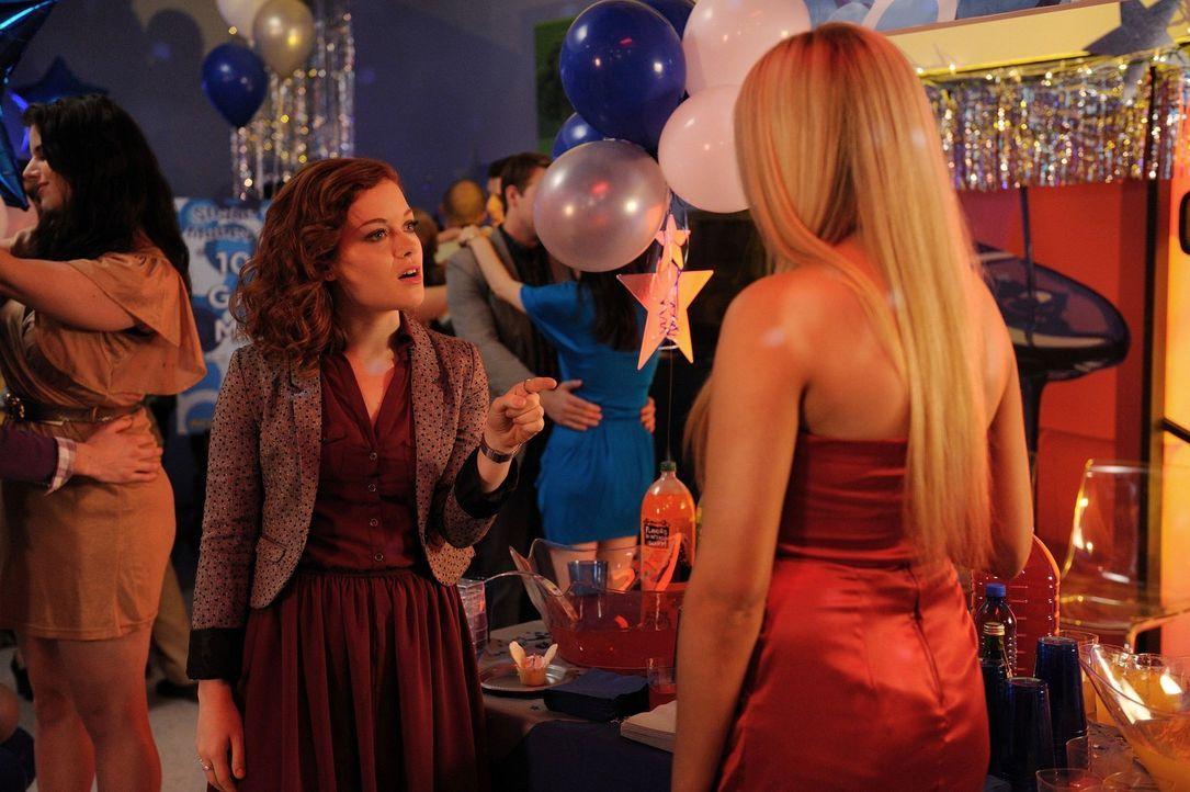 Stehen im Konkurrenzkampf: Tessa (Jane Levy, l.) und Dalia (Carly Chaikin, r.) ... - Bildquelle: Warner Brothers