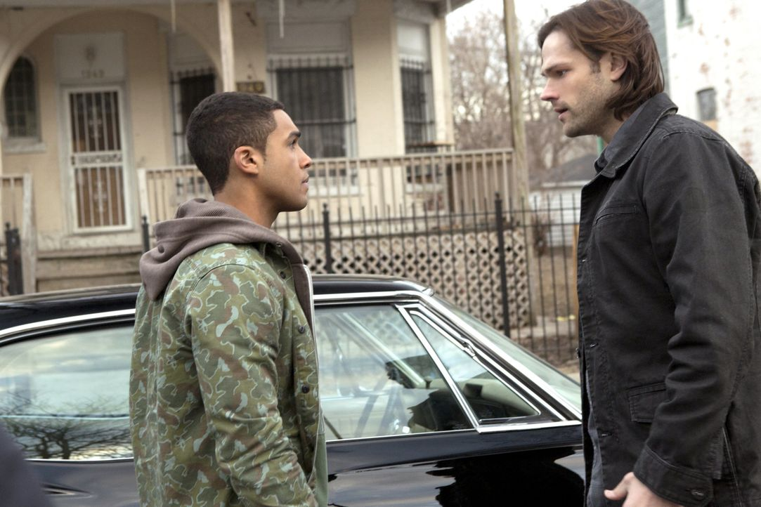 Eigentlich wollte Sam (Jared Padalecki, r.) den jungen Ennis Ross (Lucien Laviscount, l.) aus der ganzen Jäger-Sache raushalten, doch dieser will ei... - Bildquelle: 2013 Warner Brothers
