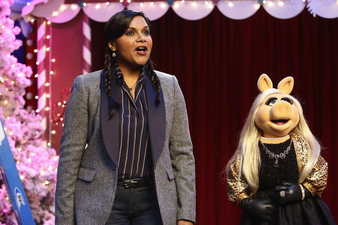 Mindy Kaling (l.) ist zu Gast bei Miss Piggy (r.) in der Show, während Fozzie Bär traurig ist, da Becky völlig unerwartet mit ihm Schluss gemacht ha... - Bildquelle: Nicole Wilder ABC Studios