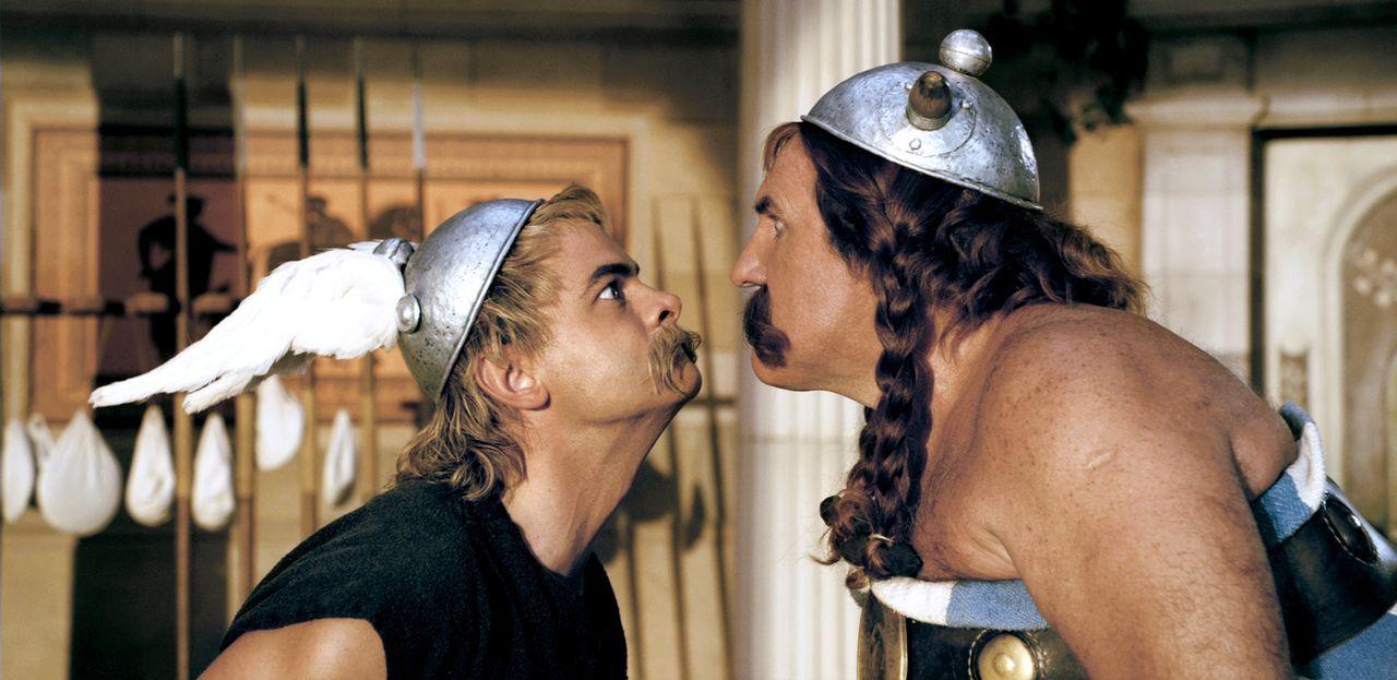 Schau mir in die Augen, Kleines: Asterix (Clovis Cornillac, l.) und Obelix (Gérard Depardieu, r.) ... - Bildquelle: Constantin Film