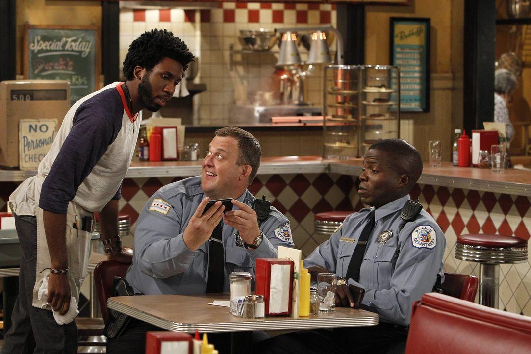 Amüsieren sich über Vince' Sexunfall: Mike (Billy Gardell, M.), Carl (Reno Wilson, r.) und Samuel (Nyambi Nyambi, l.) ... - Bildquelle: Warner Brothers