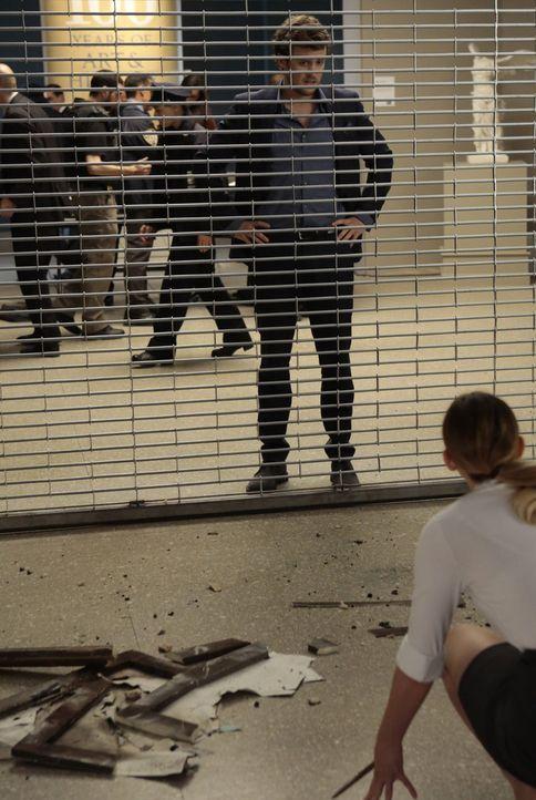 Entfesselungskünstler Cameron Black (Jack Cutmore-Scott, r.) versucht einen Ausweg für die Gefangene im Museum zu finden ... - Bildquelle: Warner Bros.