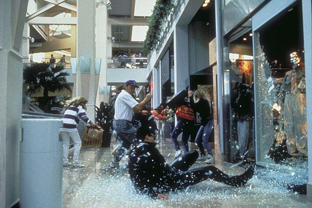 In einem tödlichen Showdown muss sich der Terminator (Arnold Schwarzenegger, vorne) seinem brutalen Feind T-1000 stellen ... - Bildquelle: Columbia TriStar Films