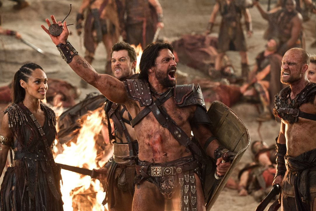 Nach ersten Erfolgen sehen sich Crixus (Manu Bennett, 2.v.r.), Naevia (Cyntha Addai-Robinson, l.) und Agron (Daniel Feuerriegel, 2.v.l.) bereits in... - Bildquelle: 2012 Starz Entertainment, LLC. All rights reserved.