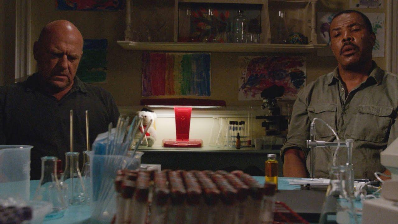 Wird sich Big Jim (Dean Norris, l.) tatsächlich darauf einlassen, in Hektors (Eriq La Salle, r.) Auftrag das mysteriöse Heilmittel an den Stadtbewoh... - Bildquelle: Brownie Harris 2015 CBS Studios Inc.