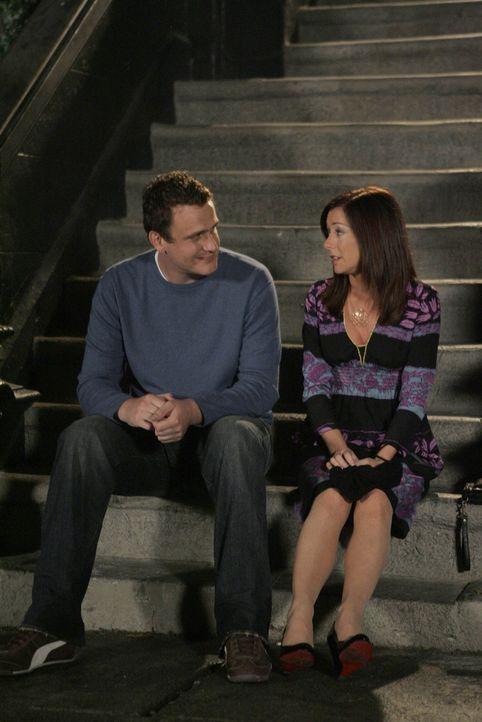 Lily (Alyson Hannigan, r.) bittet Marshall (Jason Segel, l.) inständig, ihr zu verzeihen und gesteht, dass sie wieder mit ihm zusammen sein möchte... - Bildquelle: 20th Century Fox International Television