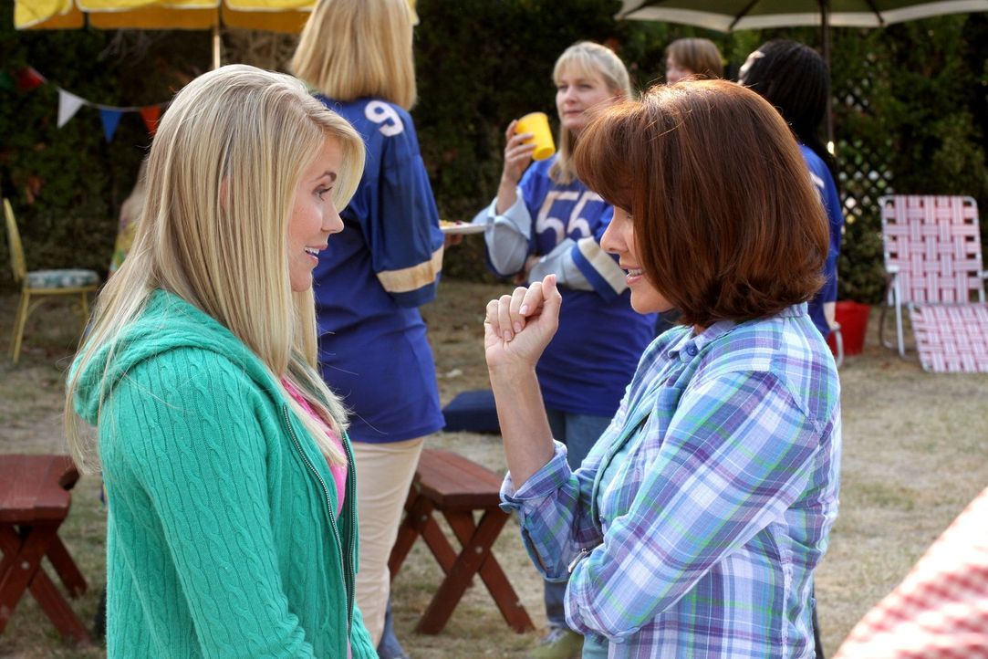 Nachdem Frankie (Patricia Heaton, r.) von Sophie (Rachael Marie, l.) erfahren hat, dass die Footballspieler ihre alten Trikots an ihre Mütter versch... - Bildquelle: Warner Brothers