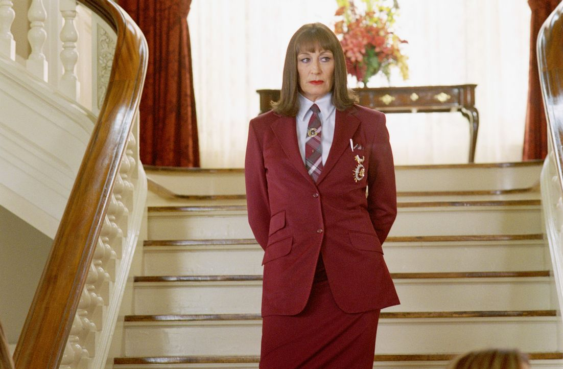 "Für die Direktorin der Chapman Academy Miss Gwyneth Harridan (Anjelica Huston) ist das ""Daddy Day Care Center"" ein Dorn im Auge ... - Bildquelle: 2004 Sony Pictures Television International. All Rights Reserved."