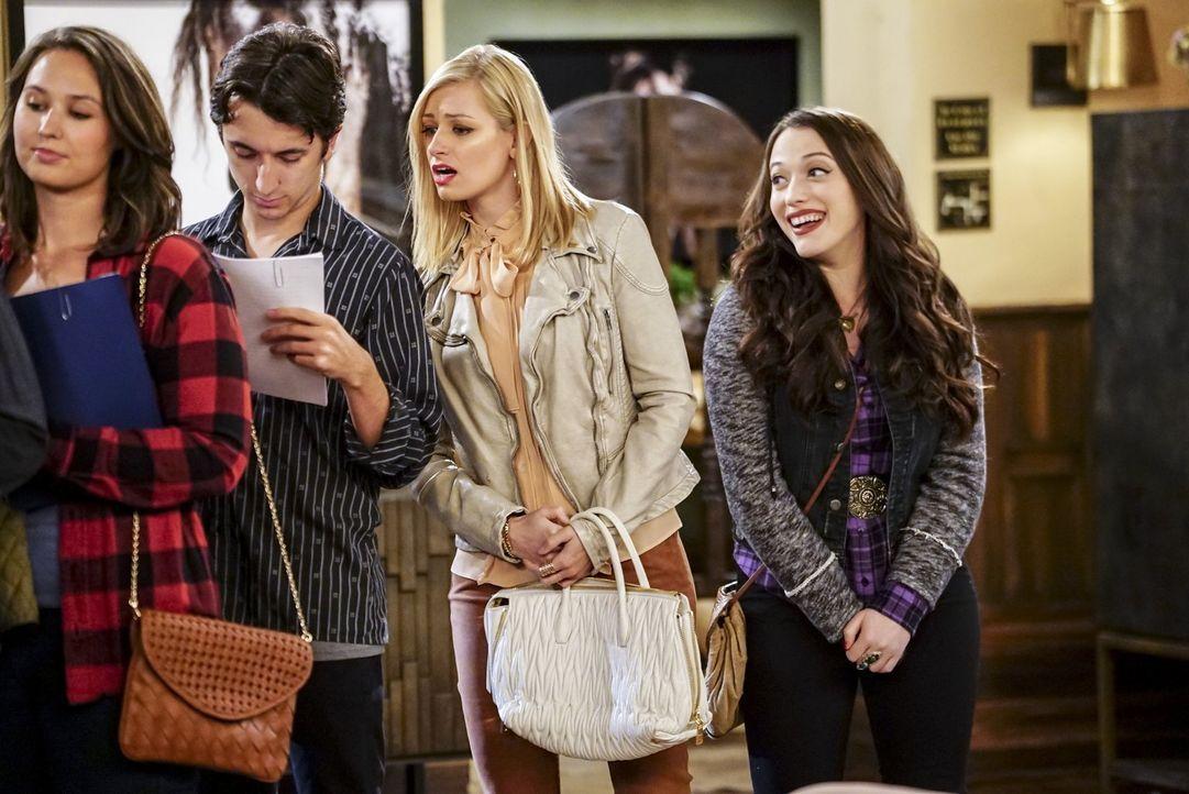 Finden Caroline (Beth Behrs, 2.v.r.) und Max (Kat Dennings, r.) tatsächlich einen Weg, um zu Randy ans Filmset zu kommen? - Bildquelle: Warner Bros. Television