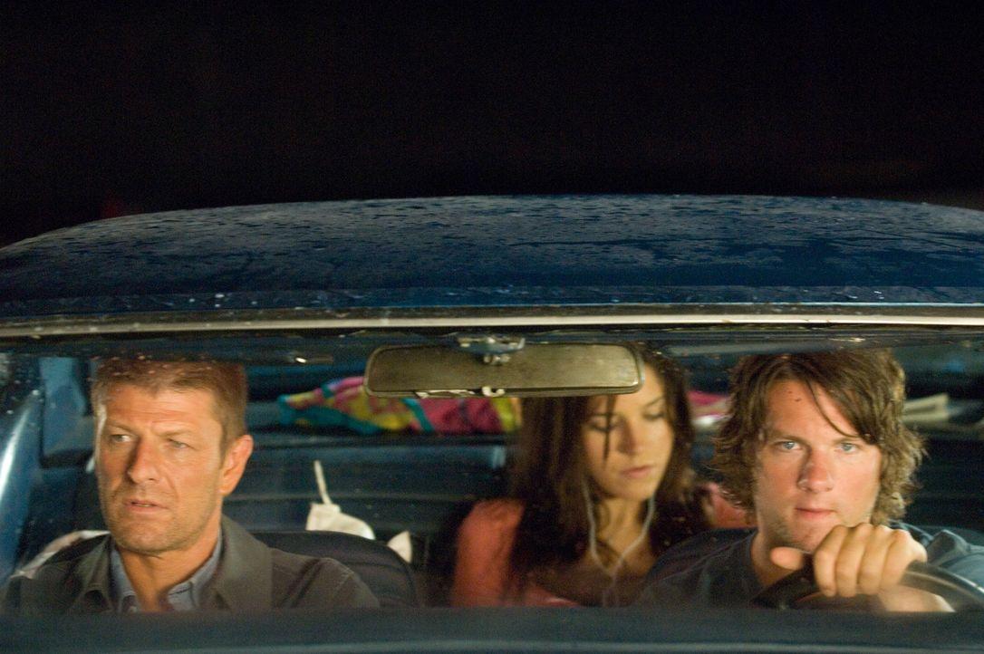 Als sich die Studenten Grace (Sophia Bush, M.) und Jim (Zachary Knighton, r.) bereit erklären, einen Anhalter (Sean Bean, l.) mitzunehmen, begehen...