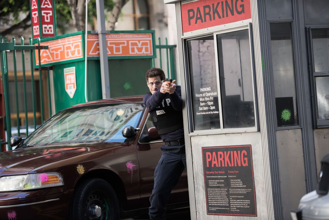 Jake Peralta (Andy Samberg) - Bildquelle: Eddy Chen 2014 UNIVERSAL TELEVISION LLC. All rights reserved / Eddy Chen