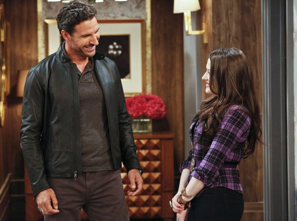 Als Randys (Ed Quinn, l.) Hundesitter absagt, übernimmt Max (Kat Dennings, r.) bereitwillig diese Aufgabe. Währenddessen bereitet sich Caroline in R... - Bildquelle: 2016 Warner Brothers