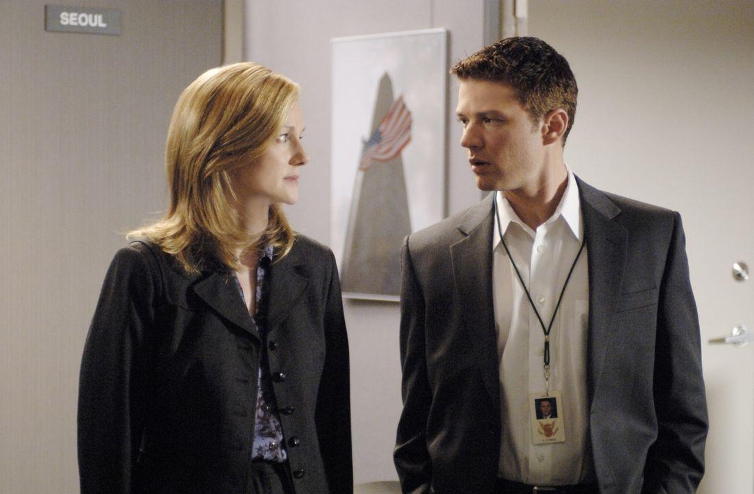 Für FBI-Anwärter Eric O'Neill (Ryan Phillippe, r.) geht ein Traum in Erfüllung, als ihn seine Vorgesetzte Kate Burroughs (Laura Linney, l.) für eine... - Bildquelle: Universal Pictures