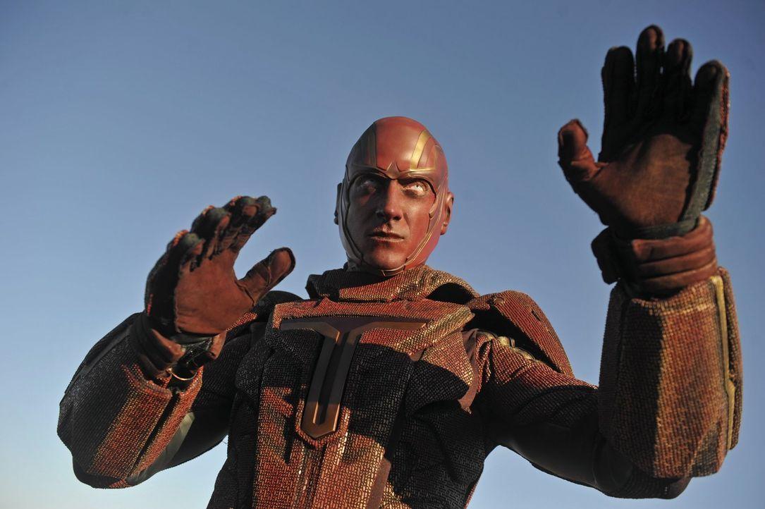 Der Cyborg Red Tornado (Iddo Goldberg) wurde vom Militär entwickelt, um es mit Aliens aufzunehmen. Supergirl soll ihn nun auf seine Tauglichkeit tes... - Bildquelle: 2015 Warner Bros. Entertainment, Inc.