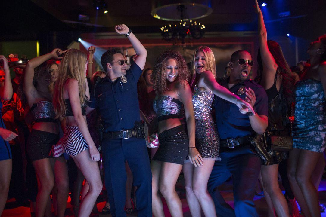 In ihren gefälschten Polizeiuniformen werden Ryan (Jake Johnson, 3.v.l.) und Justin (Damon Wayans Jr., 3.v.r.) von Frauen begehrt, von Männern respe... - Bildquelle: Frank Masi 2014 Twentieth Century Fox Film Corporation.  All rights reserved.