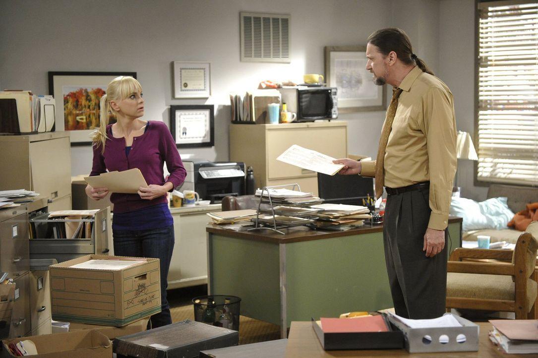 Langsam kommt Christy (Anna Faris, l.) das Praktikum bei dem Anwalt Steve (Don McManus, r.) mulmig vor ... - Bildquelle: Warner Bros. Television