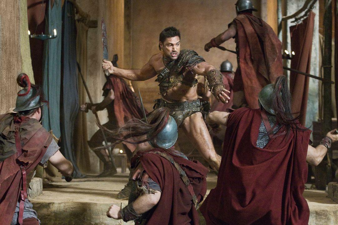 Lässt sich nicht von einigen Hundertschaften gut ausgerüsteter Römer in die Flucht schlagen: Crixus (Manu Bennett, M.) ... - Bildquelle: 2011 Starz Entertainment, LLC. All rights reserved.