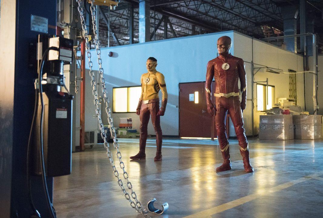 Noch ahnen Wally alias Kid Flash (Keiynan Lonsdale, l.) und Barry alias The Flash (Grant Gustin, r.) nicht, dass der Kampf gegen ein neues Metawesen... - Bildquelle: 2017 Warner Bros.