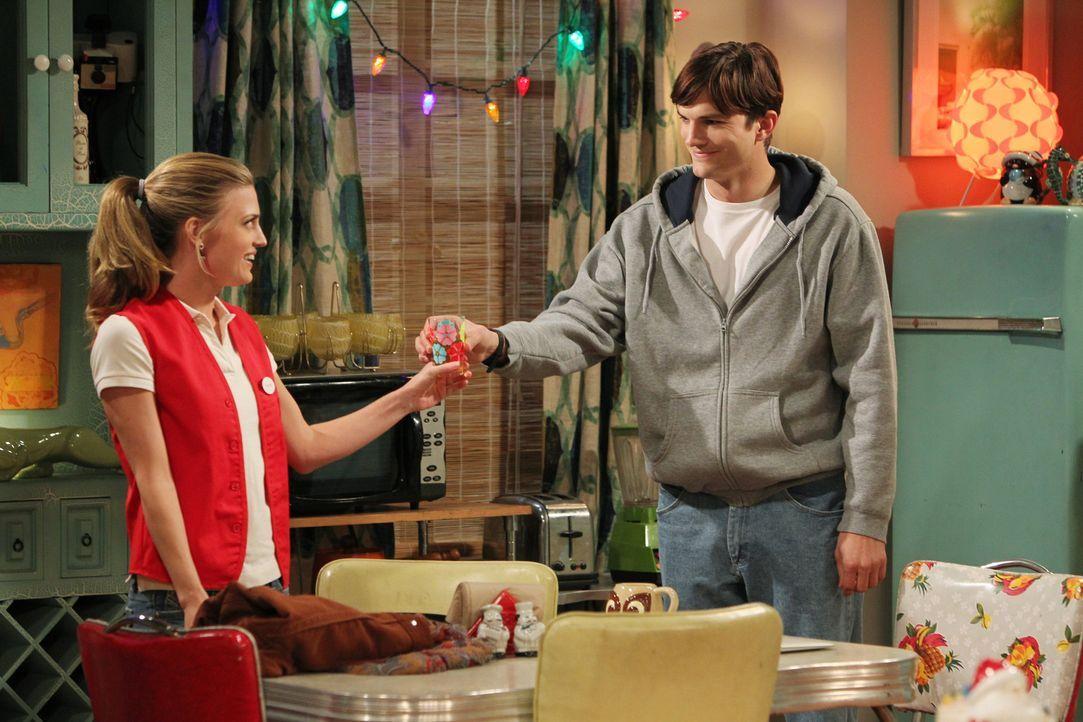 Walden (Ashton Kutcher, r.) alias Sam Wilson genießt sein neues Leben mit Kate (Brooke D'Orsay, l.) ... - Bildquelle: Warner Brothers Entertainment Inc.