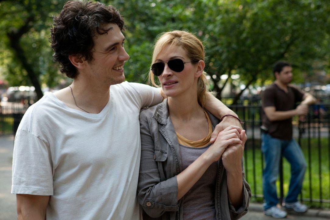 Karriere, Haus und Mann machen Liz Gilbert (Julia Roberts, r.) eines Tages keinen Spaß mehr, der neue Lover (James Franco, l.) sorgt auch nur vorübe... - Bildquelle: 2010 Columbia Pictures Industries, Inc. All Rights Reserved.
