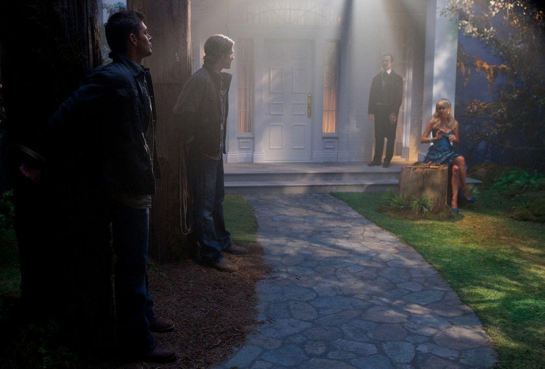 Bei ihrer Geisterjagd kommen Sam (Jared Padalecki, 2.v.l.) und Dean Winchester (Jensen Ackles, l.) in eine Kleinstadt, in der Menschen auf mysteriö... - Bildquelle: Warner Bros. Television