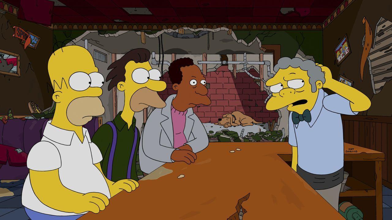 Während Moe (r.) ein einziges Mal ins Theater will, sollen Homer (l.), Lenny (2.v.l.) und Carl (2.v.r.) die Bar übernehmen ... - Bildquelle: 2014 Twentieth Century Fox Film Corporation. All rights reserved.