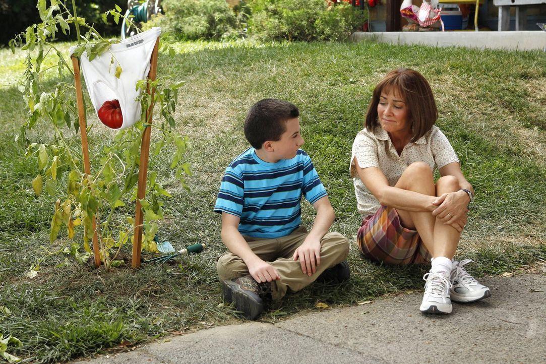 Brick (Atticus Shaffer, l.) hat sich ein neues Projekt für den Sommer vorgenommen: Er will eine Tomate züchten. Unterdessen versucht Frankie (Patric... - Bildquelle: Warner Brothers